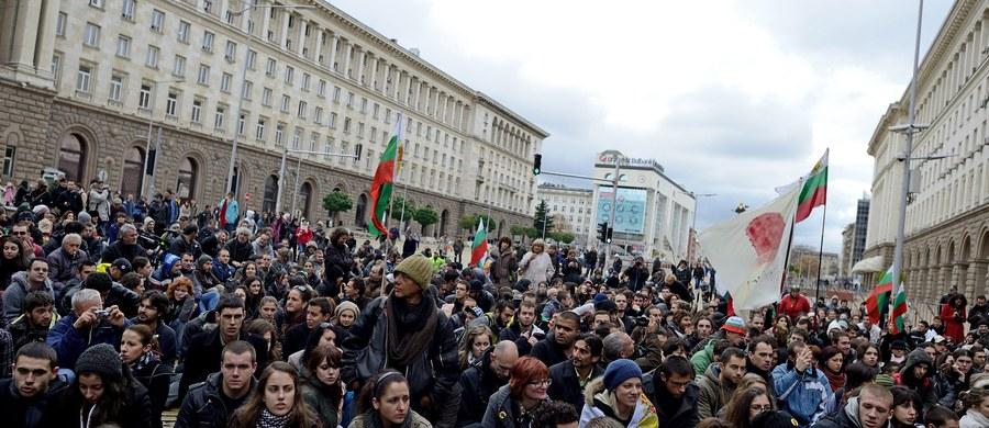 Bułgarscy obywatele uważają za słuszne postawienie w ostatnich tygodniach zarzutów wielu byłym i obecnym wysokim przedstawicielom władz i spodziewają się wyroków skazujących - wskazuje sondaż agencji Mediana.