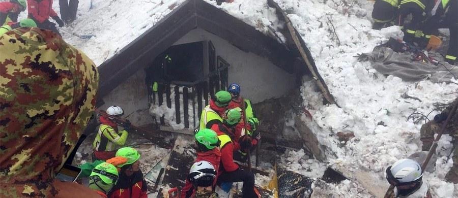 Ratownicy we włoskiej Abruzji, przeszukujący rumowisko powstałe po zejściu na hotel Rigopiano lawiny, odnaleźli dzisiaj rano ciała pięciu ofiar. W nocy wydobyli spod gruzów zwłoki trzech osób. Oznacza to, że liczba zabitych wzrosła do 14, a zaginionych jest wciąż 15 ludzi. Uratować zdołano dotąd dziewięć osób.