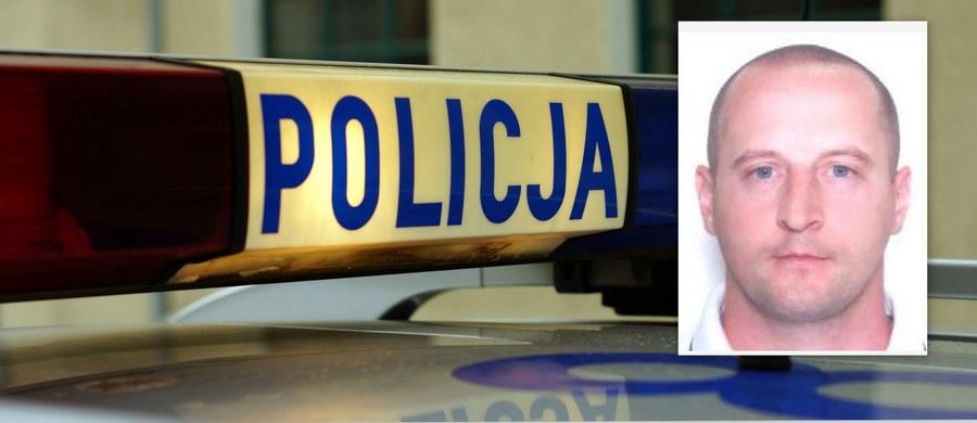 """Jest śledztwo ws. zabójstwa 33-latka w Płońsku - wszczęła je tamtejsza Prokuratura Rejonowa. 33-letni mężczyzna został postrzelony w poniedziałek rano na ul. Grunwaldzkiej, kilkadziesiąt minut później zmarł w szpitalu. Wciąż trwa policyjny pościg za domniemanym sprawcą zabójstwa, o które policja podejrzewa 38-letniego Mariusza Pawła Dąbrowskiego, pseudonim """"Lipek"""". To mieszkaniec Płońska, wcześniej był wielokrotnie notowany za włamania i kradzieże. Funkcjonariusze ostrzegają, że 38-latek może być uzbrojony i niebezpieczny."""