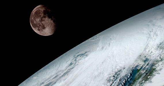 Pierwszy z najnowszej serii amerykańskich geostacjonarnych satelitów meteorologicznych, GOES-16 zaczyna przesyłać na Ziemię swoje zdjęcia. Agencja NOAA (National Oceanic and Atmospheric Administration) opublikowała właśnie pierwsze obrazy zarejestrowane w wysokiej rozdzielczości przez instrument Advanced Baseline Imager (ABI). Złożono z nich obraz całej zachodniej półkuli, sfotografowanej 15 stycznia. To spektakularny pokaz możliwości nowej aparatury. NOAA opublikowała też zdjęcie Księżyca wyglądającego zza Ziemi, wykonane dla kalibracji urządzeń.