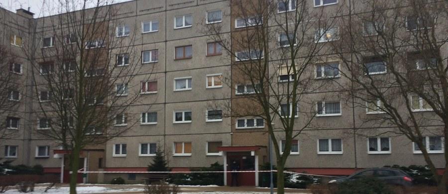 Makabryczne odkrycie w Gostyniu. W mieszkaniu w tym wielkopolskim miasteczku znaleziono ciała trzech osób, w tym niemowlęcia. Nic nie wskazuje na udział innych osób w zbrodni. Informację o tej tragedii dostaliśmy na Gorącą Linię RMF FM.