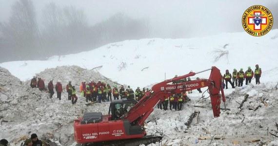 23 ofiary śmiertelne i 6 osób zaginionych - to najnowszy bilans katastrofy w górach Abruzji, gdzie lawina runęła na hotel Rigopiano. Dzisiaj mija tydzień od tej tragedii. We wtorek, w szóstym dniu poszukiwań w lawinisku, znaleziono 9 ciał ofiar, dzisiaj kolejnych pięć. Od soboty nie wydobyto spod gruzów żadnej żywej osoby.