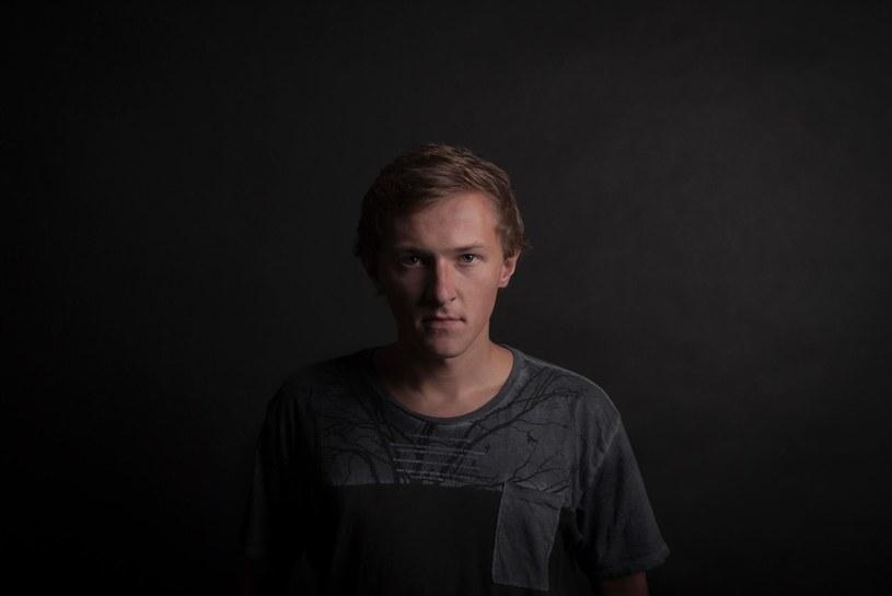 """Pod pseudonimem Patrick the Pan ukrywa się pochodzący z Krakowa Piotr Madej. Muzyk opublikował właśnie wersję live nowego utworu """"Cham"""", który zwiastuje jego trzecią płytę."""