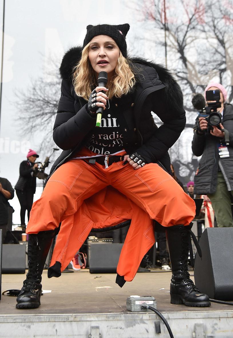 """Politycy Partii Republikańskiej oraz Ted Nugent domagają się śledztwa w sprawie słów Madonny, która w trakcie swojego przemówienia na marszu kobiet przyznała, że myślała o """"wysadzeniu Białego Domu""""."""