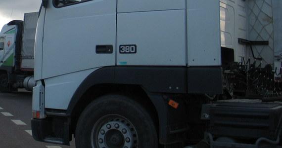 Polski kierowca ciężarówki został zaatakowany w imigranckim getcie pod Paryżem. Został pobity przez czterech napastników uzbrojonych w kije bejsbolowe i noże. Napastnicy ukradli mu ciężarówkę. Spalony pojazd odnaleziono w pobliskim lesie - dowiedział się francuski korespondent RMF FM Marek Gładysz.