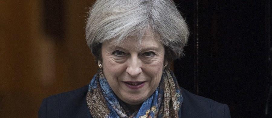 Brytyjska premier Theresa May ugięła się  pod presją ze strony opozycji i części posłów Partii Konserwatywnej, zapowiadając, że przedstawi parlamentowi dokument opisujący rządowy plan przyszłych relacji Wielkiej Brytanii z Unią Europejską.