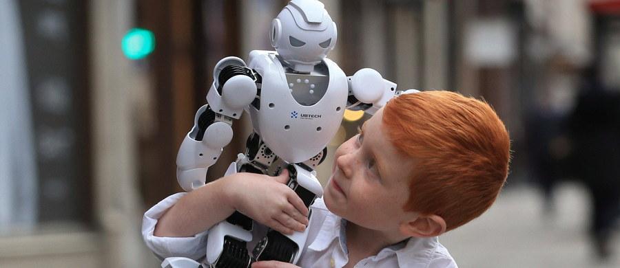 Organizacje konsumenckie alarmują, że zabawki dla dzieci połączone z internetem nie mają odpowiednich zabezpieczeń, przez co mogą zagrażać bezpieczeństwu dzieci i łamać ich prawo do prywatności.