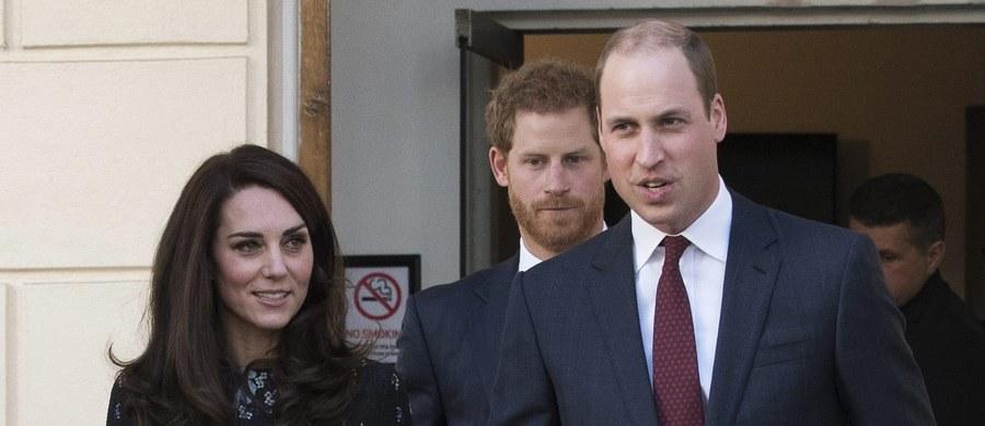 Bumerang zainteresowania brytyjskich mediów wylądował na rękach księcia William. I to dosłownie. Książę jest żonaty od ponad 4 lat, ale dopiero dzisiaj media zwracają uwagę na pewien istotny fakt związany z jego stanem cywilnym. Książę William jest szczęśliwym mężem i ojcem dwójki dzieci, ale nie nosi jednak na palcu obrączki. Jego żona księżna Catherine oprócz złotego symbolu związku, nosi także pierścionek zaręczynowy należący niegdyś do matki księcia Williama, księżnej Diany.