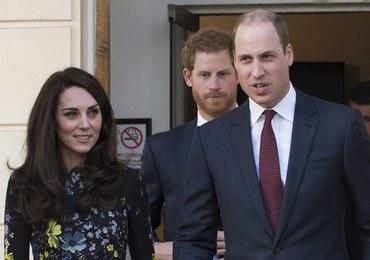 Książę William bez obrączki na palcu