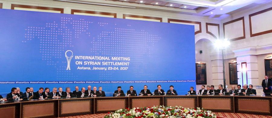 Zakończone właśnie rozmowy w stolicy Kazachstanu pokazały, że syryjski konflikt, pomimo swojego umiędzynarodowienia, jest nadal wojną domową. Pomimo deklarowanej woli państw zaangażowanych w konflikt: Rosji, Turcji i Iranu do osiągnięcia trwałego zawieszenia broni i przejścia do fazy odbudowy syryjskiej państwowości, wewnątrz-syryjscy uczestnicy tego konfliktu są równie dalecy od porozumienia, jak przed rozpoczęciem rozmów. Końcowy komunikat konferencji, w którym przedstawiciele Iranu, Rosji i Turcji deklarują kontynuację rozejmu, nie został podpisany ani przez delegację syryjskich sił opozycyjnych, ani przez przedstawicieli rządu syryjskiego.