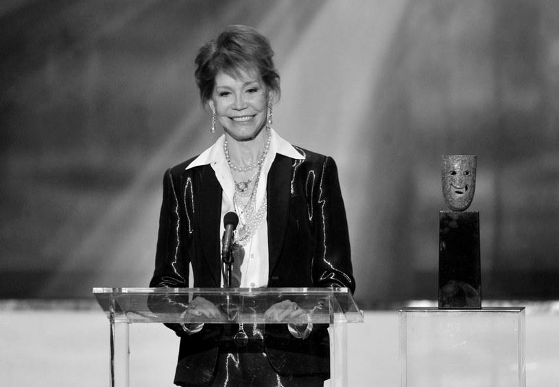 """Aktorka i producentka telewizyjna Mary Tyler Moore, znana milionom Amerykanów m.in. z serialu komediowego """"The Dick Van Dyke Show"""" zmarła w środę w szpitalu w miejscowości Greenwich, w stanie Connecticut. Miała 80 lat. Przyczyną śmierci aktorki były komplikacje spowodowane zapaleniem płuc."""