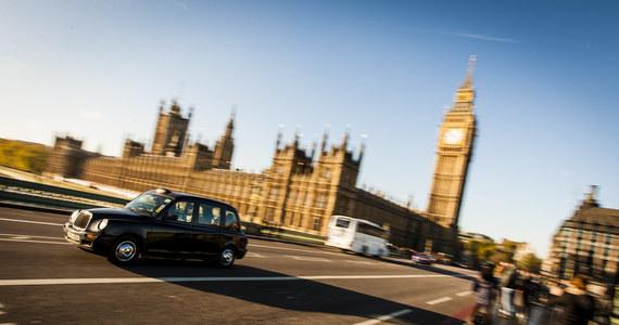 600 funtów grzywny ma zapłacić kierowca taksówki w Wielkiej Brytanii, za to, że odmówił wykonania kursu z niewidomym pasażerom. Sprawę nagłośniły brytyjskie media. Podkreślają przy okazji, że mężczyzna jest muzułmaninem.