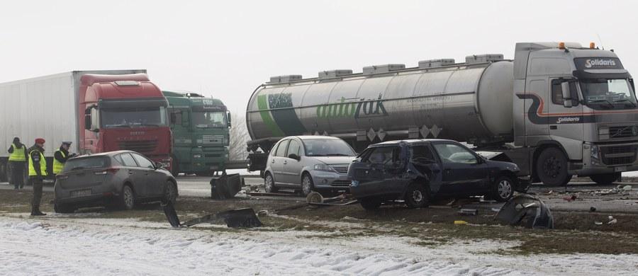 """33 osoby zostały w szpitalach - to ranni w dwóch karambolach, do jakich doszło dziś rano na autostradzie A1 koło Piotrkowa Trybunalskiego w Łódzkiem. Na drodze, w gęstej mgle zderzyło się blisko 80 samochodów. :Na podanie jednoznacznej przyczyny tej katastrofy drogowej jeszcze jest za wcześnie, ale można przypuszczać, że zadziałał tu zbieg wielu okoliczności"""" - mówi rzecznik łódzkiego Komendanta Wojewódzkiego Policji Joanna Kącka."""