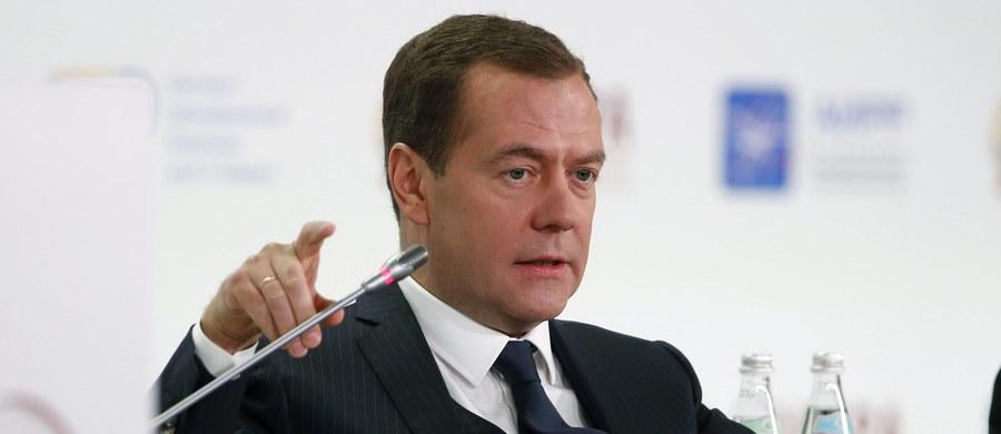 Rosja odnosi się do tragedii Holokaustu ze szczególnym bólem - oświadczył premier Dmitrij Miedwiediew w Muzeum Żydowskim w Moskwie. Ocenił również, że nastroje antysemickie i nacjonalistyczne powinny być tłumione w zarodku.