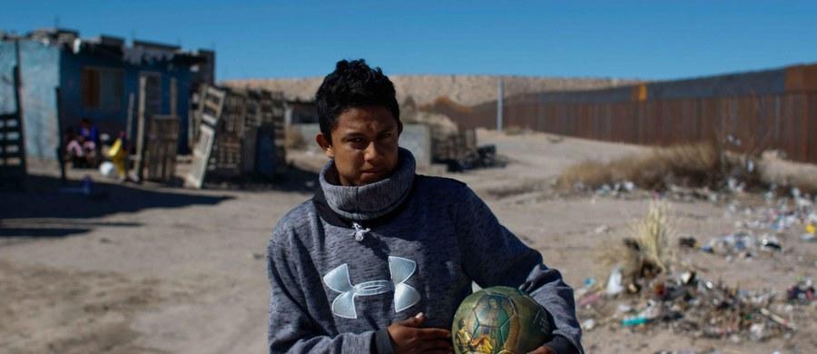 """""""Są sprawy, które nie mogą być i nie będą przedmiotem negocjacji. Jedną z takich spraw jest propozycja, aby Meksyk zapłacił za mur"""" - tak minister spraw zagranicznych Meksyku Luis Videgaray skomentował pojawiające się w wypowiedziach prezydenta USA Donalda Trumpa żądanie, by to Meksyk zapłacił za mur graniczny między oboma krajami. Dekret ws. budowy muru, który miałby zapobiegać nielegalnej imigracji do USA, Trump podpisał w środę."""