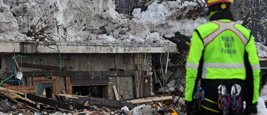 """Przez sześć lat komisja ds. lawin w Abruzji ostrzegała, że miejsce, gdzie stał nieistniejący już hotel Rigopiano jest zagrożone i mogą na nie zejść masy śniegu - pisze """"La Repubblica"""". Dodaje, że władze rozwiązały komisję tuż przed rozbudową hotelu. W rezultacie zejścia lawiny po trzęsieniu ziemi 18 stycznia w gruzach hotelu w masywie Gran Sasso zginęło 29 osób. Prokuratura prowadzi śledztwo w tej sprawie."""
