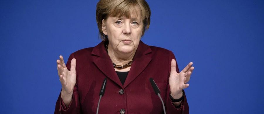 """Kanclerz Niemiec Angela Merkel powiedziała w sobotę, że jej celem pozostaje """"sprawiedliwy"""" rozdział uchodźców między kraje Unii Europejskiej. Przyznała jednak, że rozwiązanie tego problemu będzie wymagało dużo cierpliwości i czasu, a podział obciążeń może być różny."""