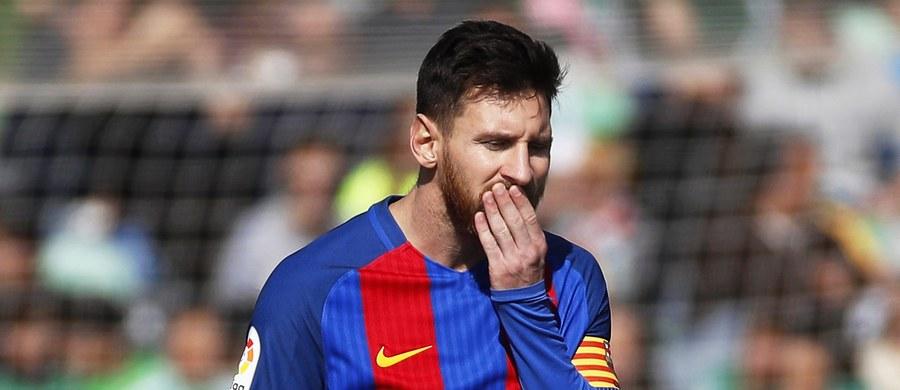 """FC Barcelona niespodziewanie pogubiła punkty w starciu z Betisem Sewilla. """"Duma Katalonii"""" zremisowała 1:1, jednak po ostatnim gwizdku więcej się mówi o błędnej decyzji sędziego niż o sensacyjnym podziale punktów."""