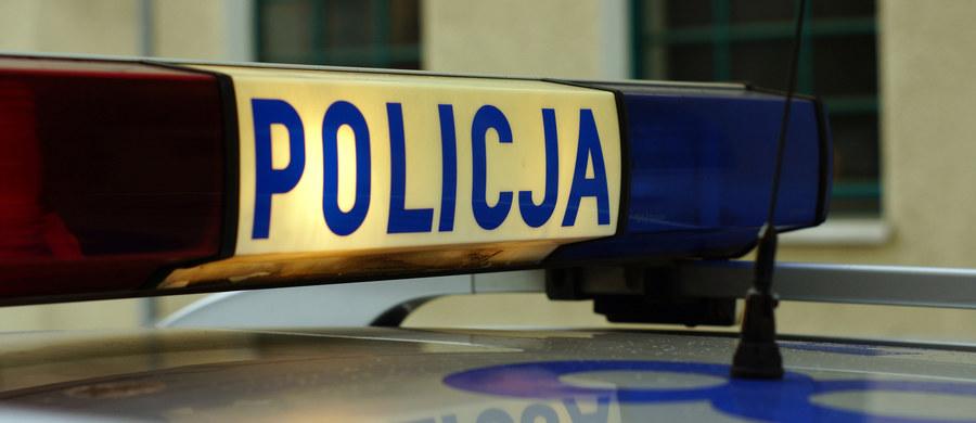 Tragiczny wypadek w Starych Kiejkutach (woj. warmińsko-mazurskie). Samochód osobowy uderzył tam w drzewo.
