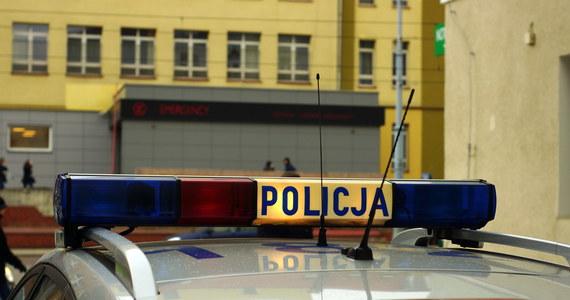 54-letnia mieszkanka gminy Skaryszew (Mazowieckie) została aresztowana pod zarzutem usiłowania zabójstwa noworodka, którego urodziła jej córka. Babka, tuż po porodzie, pozostawiła nieubrane dziecko w wiadrze, w nieogrzewanej sieni. Dzięki interwencji pogotowia, noworodka udało się uratować.