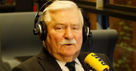 """""""To jest złe rządzenie, fatalne rządzenie"""" – stwierdził w Popołudniowej rozmowie w RMF FM Lech Wałęsa, komentując działalność rządu Prawa i Sprawiedliwości. """"Ci z Torunia im bardzo pomagają, opierają się na demagogii populizmie"""" – tak tłumaczył utrzymujące się na wysokim poziomie sondaże poparcia partii Jarosława Kaczyńskiego. Zapowiedział też wspieranie opozycji w zbieraniu podpisów pod referendum ogólnopolskim. """"Czy mają prawo po wyborach do wszelkich działań?"""" – tak ma brzmieć pierwsze w nim pytanie. """"Postaram się, żebyśmy zebrali więcej podpisów pod referendum niż PiS głosów w wyborach"""" – zadeklarował były prezydent. Marcin Zaborski pytał o wczorajszą debatę o Polsce w Parlamencie Europejskim. """"Nawet organizacja """"hodowcy kanarków"""" ma swoje przepisy, zasady i kto nie podporządkuje się zasadom, przepisom, to nie może w tej organizacji być. Podobnie jest u nas jeśli chodzi o Unię, o NATO. Jesteśmy w organizacji i mamy się dostosować do zasad, które tam obowiązują"""" – stwierdził Wałęsa."""
