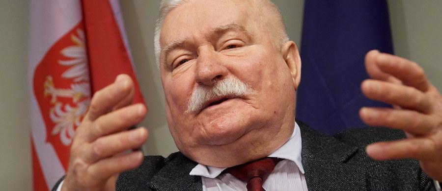 """""""Ze sporządzonej opinii wynika, że odręczne zobowiązanie o podjęciu współpracy ze Służbą Bezpieczeństwa z dnia 21 grudnia 1970 roku zostało w całości nakreślone przez Lecha Wałęsę"""" - poinformował szef pionu śledczego IPN Andrzej Pozorski. IPN przedstawił na konferencji prasowej opinię biegłych w sprawie dokumentów teczki personalnej i teczki pracy TW """"Bolek"""". Opinię """"z zakresu badania pisma ręcznego"""" przygotował Instytut Ekspertyz Sądowych im. prof. Jana Sehna w Krakowie. Ekspertyzę teczki TW """"Bolek"""" zlecono w ramach śledztwa prowadzonego przez białostocki pion śledczy IPN w sprawie podejrzenia poświadczenia nieprawdy przez funkcjonariuszy SB w dokumentach """"Bolka"""", w celu osiągnięcia korzyści majątkowej lub osobistej. Chodzi o dokumenty, które w ubiegłym roku znaleziono po śmierci gen. Czesława Kiszczaka w jego domu."""