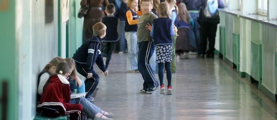 Uczniowie chodzący po szkole w kapciach osiągają lepsze wyniki w nauce. To wynik badań przeprowadzonych przez pracowników uniwersytetu Bornmouth w Wielkiej Brytanii.
