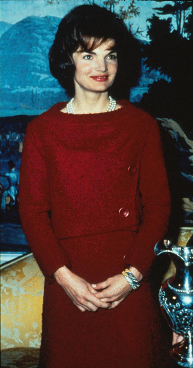 """Była kochającą żoną i perfekcyjną Pierwszą Damą. Wykreowała obraz idealnej rodziny, choć jej małżeństwo nie było doskonałe. Później konsekwentnie unikała życia w świetle fleszy. Nie napisała wspomnień, a w testamencie zastrzegła, by nigdy nie publikowano jej prywatnych listów. Życie Jacqueline Kennedy Onassis wciąż budzi emocje. 3 stycznia na ekrany polskich kin trafi biograficzny film """"Jackie"""" z tytułową rolą Natalie Portman."""