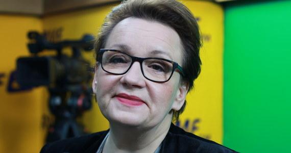 Podręczniki będą gotowe do końca czerwca. Jesteśmy po spotkaniu z wydawcami - mówi Poranny gość RMF FM szefowa MEN Anna Zalewska. Pytana o miejsce Lecha Wałęsy w podręcznikach historii, odpowiada: W podstawie programowej nie ma Lecha Wałęsy. Jest o Solidarności.