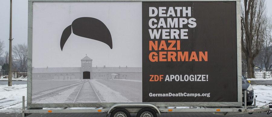 """Mobilny, podświetlany billboard z napisem """"Death Camps Were Nazi German"""" wyruszył z Wrocławia do Niemiec, Belgii i Wielkiej Brytanii. Akcja jest protestem przeciwko używaniu przez zagraniczne media sformułowania """"polskie obozy koncentracyjne""""."""