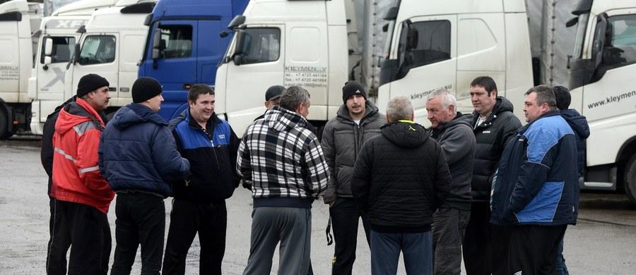 Rosja utworzy strefę przygraniczną wzdłuż granicy z Białorusią - wynika z opublikowanego rozporządzenia. W obwodach sąsiadujących z Białorusią mają zostać określone miejsca i pory wjazdu osób i pojazdów do strefy. Mają też stanąć znaki ostrzegawcze.