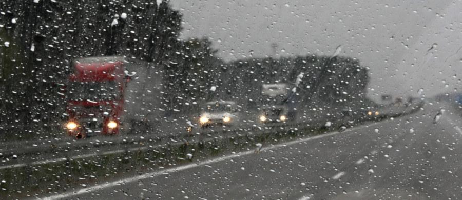 Zakaz wyprzedzania ciężarówek przez ciężarówki ma dotyczyć autostrad i dróg szybkiego ruchu i nie musi być stały, może obowiązywać np. tylko w trudnych warunkach - zapowiedział w TVP Info minister infrastruktury i budownictwa, Andrzej Adamczyk. Podkreślił, że ostateczny kształt regulacji dot. tego tematu nie jest jeszcze przesądzony.