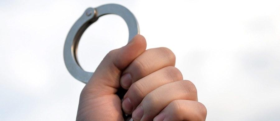 327 tys. zł stołeczny sąd przyznał obywatelowi Wielkiej Brytanii pochodzenia irańskiego, który żądał w sumie 6 mln odszkodowania i zadośćuczynienie za 2 lata aresztu w Polsce. Zatrzymano go w 2005 roku na żądanie Stanów Zjednoczonych. W 2008 roku polski sąd odmówił wydania go Ameryce.