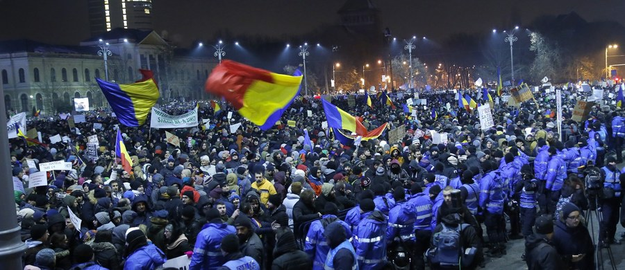 Wielotysięczne manifestacje przeszły w środę wieczorem ulicami miast Rumunii w proteście przeciwko zmianom w kodeksie karnym, które depenalizują niektóre wykroczenia korupcyjne. W samym Bukareszcie demonstrowało co najmniej 100 tys. osób - szacują media.