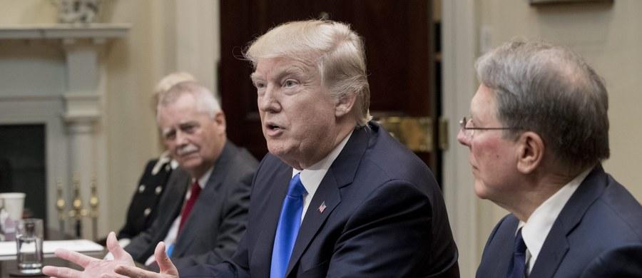 Antyimigracyjny dekret prezydenta USA Donalda Trumpa nie ma nic wspólnego z bezpieczeństwem, jest przejawem populizmu i atakiem na wartości - przekonywali szefowie głównych frakcji w Europarlamencie. Apelowali o reakcję przywódców państw UE.