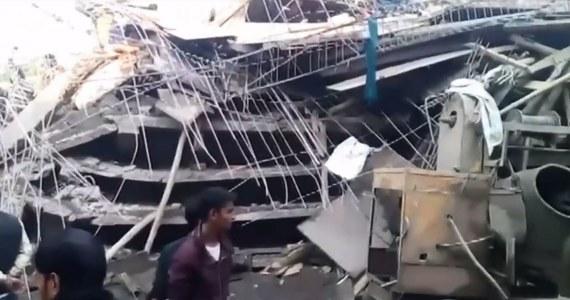 Co najmniej siedem osób zginęło, a dziesiątki odniosły rany w wyniku zawalenia się budynku na przedmieściach miasta Kanpur w indyjskim stanie Uttar Pradesh. Według miejscowych źródeł, siedmiopiętrowy obiekt był w budowie, a na miejscu pracowali robotnicy. Trwają poszukiwania osób, które mogą pozostawać uwięzione pod gruzami. W akcji pomagają żołnierze.