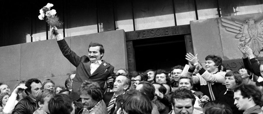 """Prezydent Andrzej Duda ocenił w wywiadzie dla TVP 1, że Lech Wałęsa jest postacią wielowymiarową: niewątpliwym bohaterem lat 80. i osobą z """"czarną kartą"""", za którą - podkreślił - można było przeprosić, w pełni ją odwrócić. Przyznał, że jest mu żal, że Lech Wałęsa nie postawił sprawy przed Polakami jasno."""