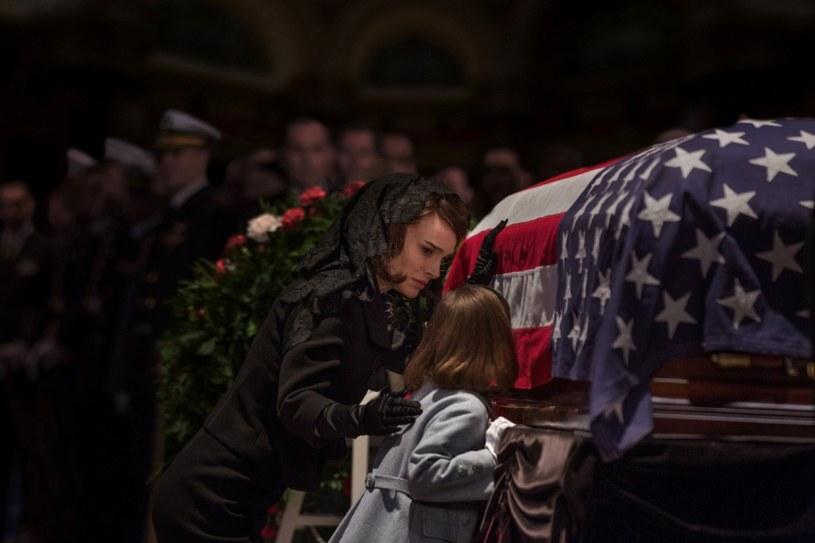 """""""Jackie"""" - film nominowany do Oscara w trzech kategoriach, także za pierwszoplanową rolę żeńską - opowiada historię Jacqueline Kennedy, kobiety kształtującej swój mit po śmierci męża - prezydenta Stanów Zjednoczonych. Produkcja z główną rolą Natalie Portman wchodzi w piątek, 3 lutego, na ekrany polskich kin."""