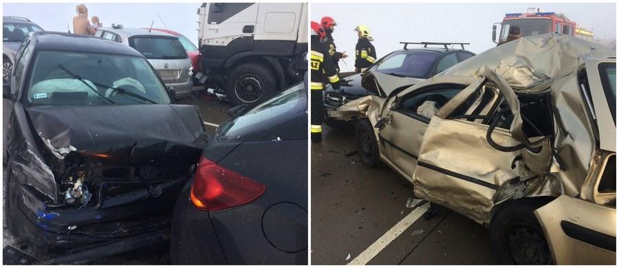 """Śledztwo w kierunku katastrofy w ruchu lądowym będzie prowadzone po porannym karambolu, do jakiego doszło na łączniku między Świdnicą a autostradą A4 na Dolnym Śląsku. Na wysokości miejscowości Nowice około godziny 7:30 zderzyło się 25 aut: 24 osobówki i jeden samochód ciężarowy. Dziewięć osób zostało poszkodowanych. """"Tragicznie to wygląda. Warunki na drodze są potworne"""" - powiedział naszemu reporterowi jeden z uczestników karambolu. Jak poinformowała policja, kilometr przed karambolem doszło do kolejnego zderzenia z udziałem pięciu aut."""