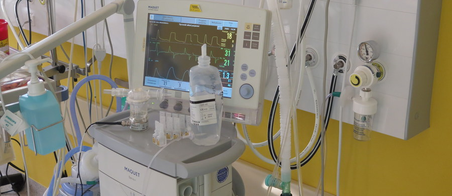 """Pacjenci nie mają równego dostępu do leczenia - to główny wniosek z kontroli NIK-u w 26 placówkach onkologicznych w Polsce. Najwyższa Izba Kontroli sprawdziła m.in. jak w szpitalach działa pakiet onkologiczny. Zakładał on zniesienie limitów w leczeniu chorych na nowotwory oraz szybszą diagnostykę. Uwagi NIK dotyczą m.in. tego, że pakiet onkologiczny wprowadził kategoryzację pacjentów. """"Wnioski z kontroli każą zastanowić się, co zrobić, żeby pakiet onkologiczny był kompleksowym działaniem obejmującym wszystkich pacjentów z chorobą nowotworową""""- mówi w rozmowie z dziennikarzem RMF FM prezes NIK Krzysztof Kwiatkowski. Z danych Polskiego Towarzystwa Onkologicznego wynika, że na nowotwory choruje 350 tysięcy Polaków. Rocznie odnotowuje się ponad 130 tysięcy nowych zachorowań. """"Przewiduje się, że do 2025 roku liczba zachorowań w ciągu roku w Polsce zwiększy się do 180-190 tysięcy"""" - mówi profesor Jacek Fijuth, prezes Polskiego Towarzystwa Onkologicznego."""
