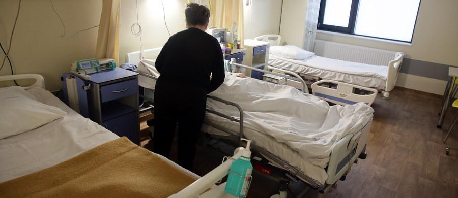 Flagowy projekt ministra zdrowia kolejny raz na zaciągniętym hamulcu. Chodzi o ustawę, która już od połowy roku powinna wprowadzić sieć szpitali. Wbrew zapowiedziom ministra Konstantego Radziwiłła jego projektem nie zajmie się rząd na najbliższym, przyszłotygodniowym posiedzeniu. Radziwiłł ma coraz mniej czasu, bo do końca marca miał powstać wykaz szpitali włączonych do sieci, a projekt nie może wciąż opuścić rządu.