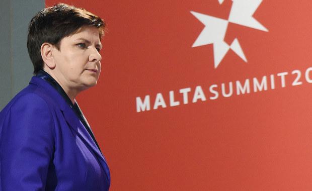 Nie możemy zapominać, że wprowadzenie sankcji wobec Rosji było bezpośrednim efektem polityki Moskwy, łamiącej prawa międzynarodowe; nie zgodzimy się na ich cofnięcie, dopóki nie zmieni się polityka Kremla - oświadczyła premier Beata Szydło. Szefowa rządu poinformowała, że rozmowy podczas odbywającego się na Malcie nieformalnego szczytu UE dotyczyły zewnętrznego otoczenia Unii.