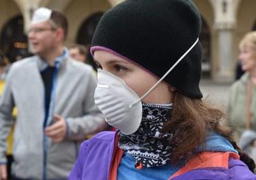 Smog w Krakowie, coraz więcej osób w maseczkach. W sobotę darmowa komunikacja