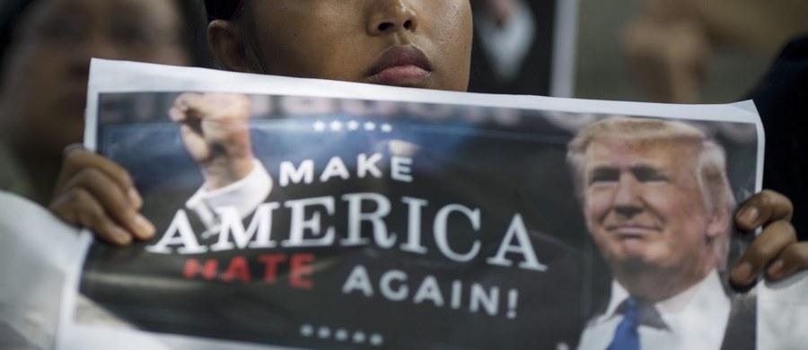 """Niespełna 60 tysięcy wiz cofnięto na mocy obowiązującego od ubiegłego tygodnia dekretu prezydenta USA Donalda Trumpa, zakazującego wjazdu do USA obywatelom siedmiu państw z muzułmańską większością - poinformował Departament Stanu. Wcześniej """"Washington Post"""" napisał, powołując się na prawnika ministerstwa sprawiedliwości Ereza Reuveniego, że cofnięto ponad 100 tys. wiz obywatelom krajów objętych dekretem."""