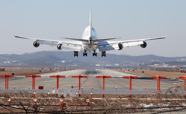 Katarskie linie lotnicze ogłosiły w sobotę, po zablokowaniu przez sędziego federalnego ze stanu Waszyngton antyimigracyjnego dekretu prezydenta Donalda Trumpa zakazującego wjazdu do USA obywatelom siedmiu państw, że wznawiają przewóz pasażerów z tych krajów.
