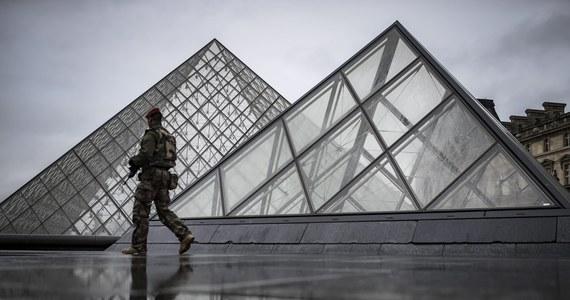 Muzeum Luwr w Paryżu zostało ponownie otwarte dla turystów, w dzień po ataku uzbrojonego mężczyzny na żołnierzy pilnujących tam bezpieczeństwa. Poprawia się stan napastnika, który został poważnie postrzelony przez jednego z wojskowych.