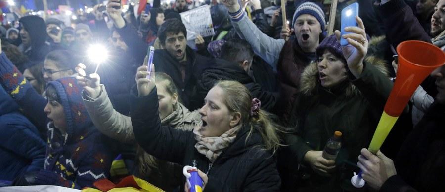 W niedzielnych manifestacjach antyrządowych wzięło udział 500 tys. ludzi, z czego w samym tylko Bukareszcie 250 tys. Trwające od 6 dni protesty nie ustały, mimo wycofania przez rząd kontrowersyjnego dekretu depenalizującego korupcję – podały rumuńskie media.