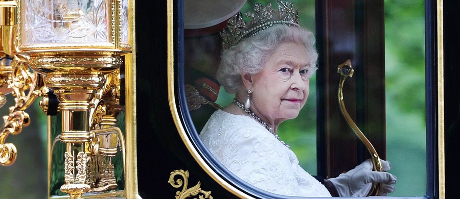 """Brytyjska królowa Elżbieta II obchodzi swój """"szafirowy jubileusz"""". Jest pierwszą w historii Wielkiej Brytanii, która zasiada na tronie 65 lat. W ramach obchodów, które będą raczej skromne, w Londynie zagrzmią okolicznościowe salwy honorowe."""