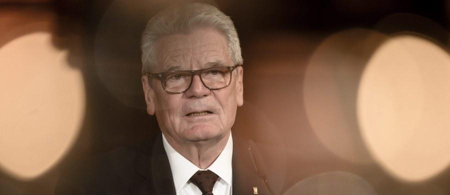 """""""Le Monde"""" zamieszcza długi wywiad pod tytułem """"Niemcy pragną silnej Europy"""" z kończącym sprawowanie urzędu prezydentem Niemiec Joachimem Gauckiem. Zapewnił on, że """"Niemcy są wierni projektowi europejskiemu"""". Jak zauważył, """"słabe Niemcy nie są dobre dla nikogo""""."""