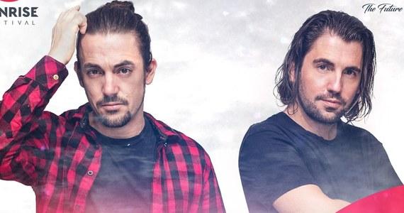 """Dimitri Vegas & Like Mike to jeden z najbardziej pożądanych duetów na festiwalowych scenach całego świata, twórcy klubowych hitów takich jak """"Tremor"""", """"HUM"""" czy """"Mammoth"""" i gwiazdy kultowego festiwalu Tomorrowland. Najlepsi DJ-e na świecie 2015 roku według opiniotwórczego magazynu DJ Mag i zdobywcy prestiżowych nagród muzycznych IDMA, MTV EMA i EMPO już w tym roku zagrają w Polsce. Wystąpią na Sunrise Festiwal 2017 w Kołobrzegu."""